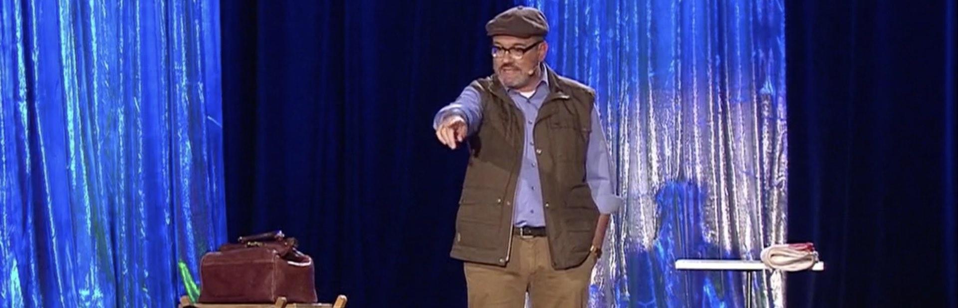 Rudi Lauer Zauberer auf der Bühne mit blauem Hintergrund SWR